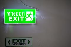Är den ljusa asken för den gröna utgången med thailändsk text som definierar detta, vägen Royaltyfri Bild