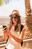 Är den lyckliga flickan för handelsresanden nära flygplatsfönstret Arkivfoto