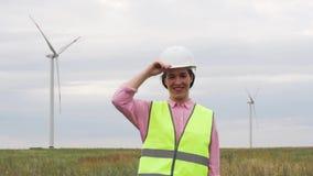 Är den positiva kvinnan för ultrarapid en yrkesmässig tekniker Of A stora Energi Företag stock video