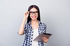 Är den smarta lyckliga asiatiska le deltagaren i utbildning för barn i rutig skjorta ho Arkivbilder