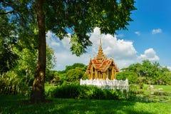 Är den thailändska stilpaviljongen för tappning mitt av vattnet Royaltyfri Foto