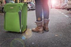 Är den turist- resanden för kvinna på gatorna av europeiska städer Arkivbilder
