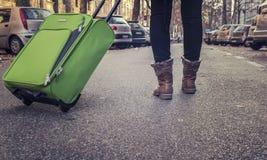 Är den turist- resanden för kvinna på gatorna av europeiska städer Royaltyfri Fotografi