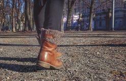 Är den turist- resanden för kvinna på spår i parkera Royaltyfri Bild
