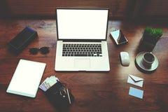 Är den unga formgivaren för det stilfulla kontoret på tabellen den öppna bärbara datorn, kassa, trendiga exponeringsglas Arkivfoton