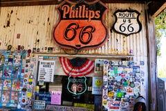 Är det allmänna lagret för hackberryen ett populärt museum av gamla Route 66 royaltyfri foto