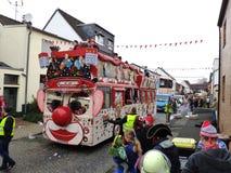 Är det en buss eller en jätte- clown? arkivfoton
