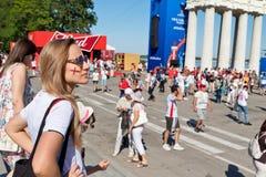 Är det engelska laget för flickafanen med målat på kindflaggan i fet Arkivbild