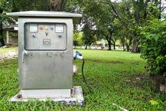 Är det utomhus- elektriska kontrollkabinettet för silver i parkera royaltyfri bild