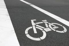 Är det vita cykelsymbolet för closeupen på bilvägen Arkivfoto