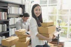 Är digitalt online- för affär små och medelstora företag som ett nytt startar upp royaltyfri bild