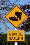 Är ditt barn som spännas fast i varningstrafiktecken Arkivfoton