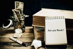 Är du ordnar till skriftligt på papperet på en wood bakgrund Royaltyfria Foton