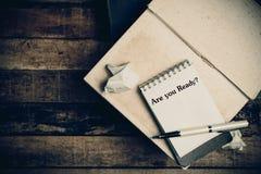 Är du ordnar till skriftligt på papperet på en wood bakgrund Royaltyfri Bild