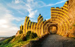 Är en Carcassonne bergstoppet stad i sydliga Frankrike, en UNESCOvärldsarv som är berömd för dess medeltida citadell Arkivbild