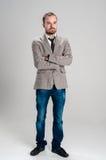 Är en man i ett omslag och jeans Fotografering för Bildbyråer
