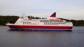 Är ett skepp som seglar på floden Arkivbild
