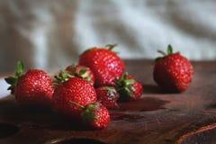 Är flera jordgubbar på skärbrädan Royaltyfri Fotografi