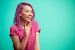 Är fräck mot det lyckliga och förvånade innehavet för kvinnan vid handen Fotografering för Bildbyråer