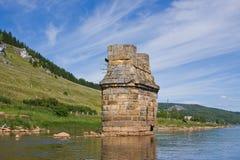 Är gammal byggnad för tegelsten i vatten Arkivfoton