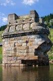 Är gammal byggnad för tegelsten i vatten Arkivbilder