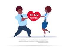 Är hållande hjärta Shape för afrikansk amerikanpar med mitt Valentine Greeting Love Day Holiday begrepp stock illustrationer