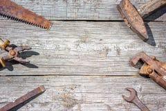 Är hjälpmedlen på träbakgrundshammareplattång och den öppna skiftnyckeln Fotografering för Bildbyråer