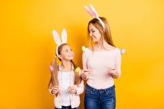 Är jag kanin från fe-svansen? Två älskvärd söt dotter och M Royaltyfria Bilder