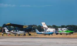 Är litet flygplan fem bredvid de på flygplatsen Royaltyfria Bilder