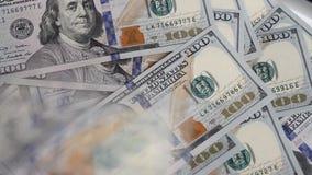 $100 är på klockan Valörer av 2009 stock video
