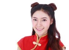 Är röd cheongsam för kvinnakläder i begrepp av det lyckliga kinesiska nya året Royaltyfri Fotografi