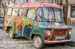Är retro övergav bilen målade grafittikonstnärer för gammal tappning i den hippy stilen brutna på en av gatorna av Lviv Royaltyfri Foto