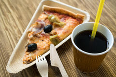 Är skivor av pizza på en träplatta Arkivfoto