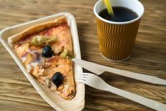 Är skivor av pizza på en träplatta Fotografering för Bildbyråer