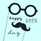 Är stolt över den lyckliga geeken för glasögon, för mustaschen och för text Arkivbild