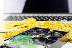 Är värdefulla data för dator på din apparat guld- Fotografering för Bildbyråer