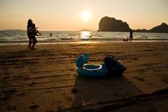 Är vems badrör på stranden? Arkivbild