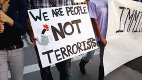 """""""Är vi terrorister för folk inte"""" samlar tecknet stock video"""