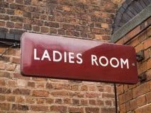 Ära-Damentoilettezeichen der britischen Eisenbahn lizenzfreie stockfotos