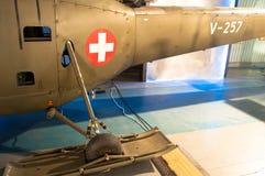 Äraflugzeuge des Zweiten Weltkrieges, Weinlese und historische Flugzeuge mit weißem Kreuz auf einem roten Kreis unterzeichnen stockfoto