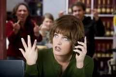 Ärgerliche Frau auf ihrem Handy Lizenzfreies Stockbild