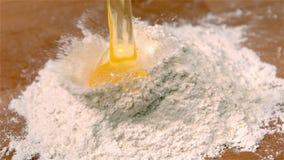 Ärgern Sie das Schütten auf Mehl auf Tabelle stock video
