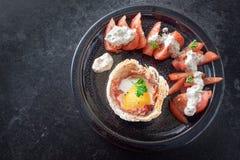 Ärgern Sie Muffin mit Speck in Toastbrot, Tomate mit Käsecreme Stockfoto