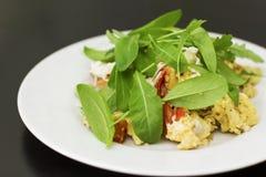 Ärgern Sie Omelett mit Tomate und frischem Arugulaspinat in der weißen Platte Lizenzfreies Stockfoto