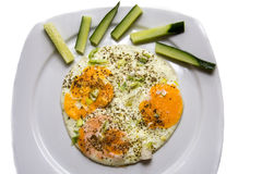 Ärgert Omelett mit Gurke, look& x27; s mögen ein Gesicht Stockbild