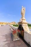 ÄrkeängelRaphael-statyn överbryggar på på Cordoba Spanien - Arkivbilder