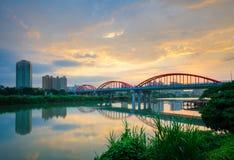 Ärke- bro över floden Royaltyfria Bilder