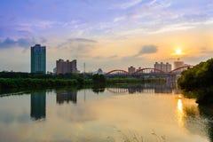 Ärke- bro över floden Royaltyfri Bild