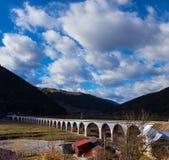 Ärke- bro i de rumänska Carpathiansna Royaltyfri Foto