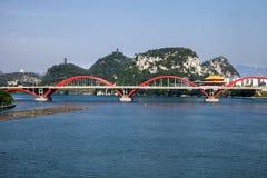 Ärke- bro på floden med naturligt landskap, Liuzhou, Kina Arkivbild